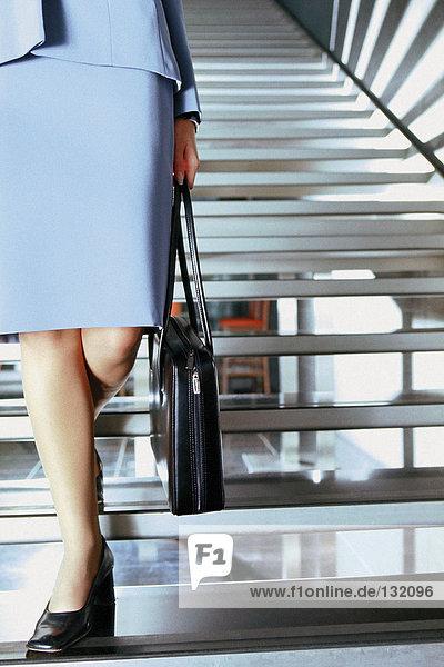 Geschäftsfrauen auf moderner Treppe