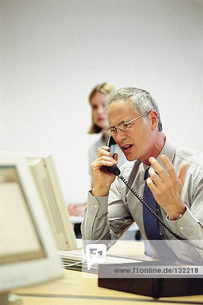 Geschäftsmann am Telefon im Büro Geschäftsmann am Telefon im Büro