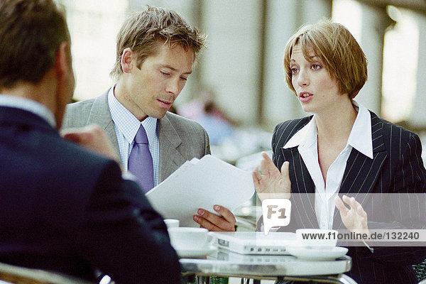 Geschäftsleute treffen sich im Cafe