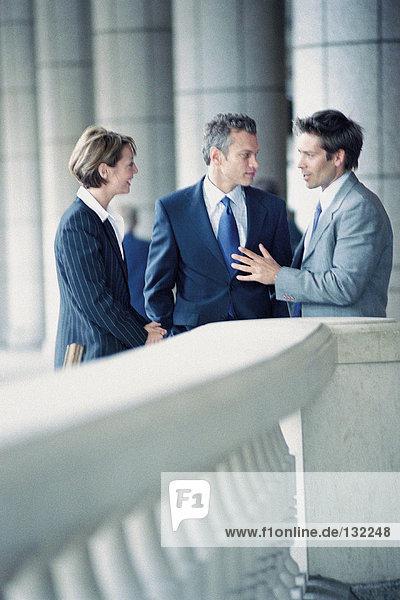 Geschäftsleute außerhalb des Büros