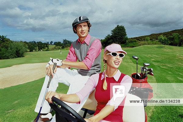 Paar im Golfclub