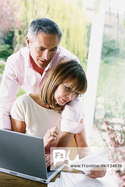 Mann und Frau mit Laptop-Computer