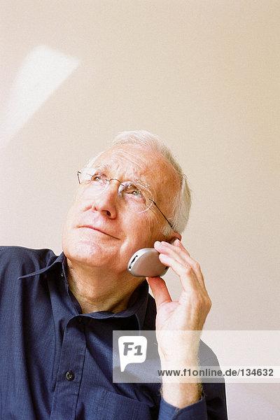 Mann spricht auf dem Handy