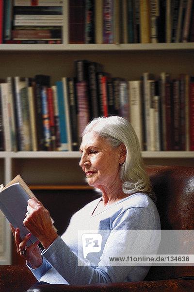 Frau liest im Arbeitszimmer
