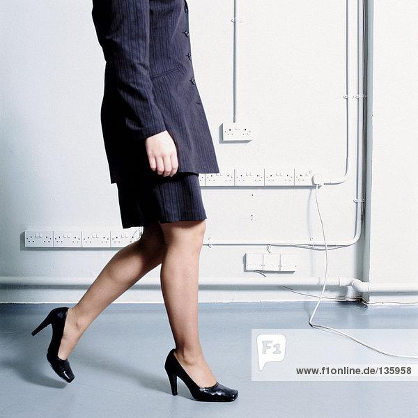 Eine Geschäftsfrau zu Fuß