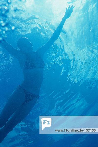 Mädchen tanzen unter Wasser