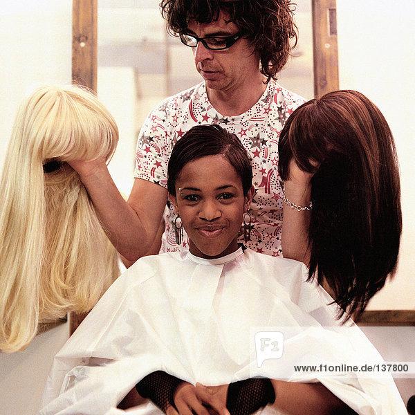 Friseur mit Perücken