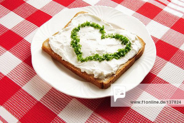 Schnittlauch in Herzform auf Sandwich Schnittlauch in Herzform auf Sandwich