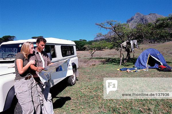 Ein Paar auf einer Safari auf einer Karte