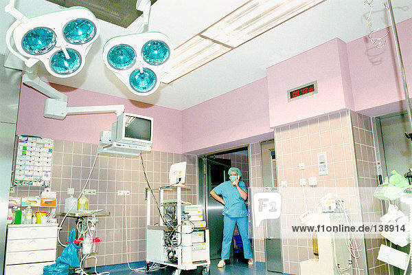 Chirurgische Mitarbeiterin im Theater