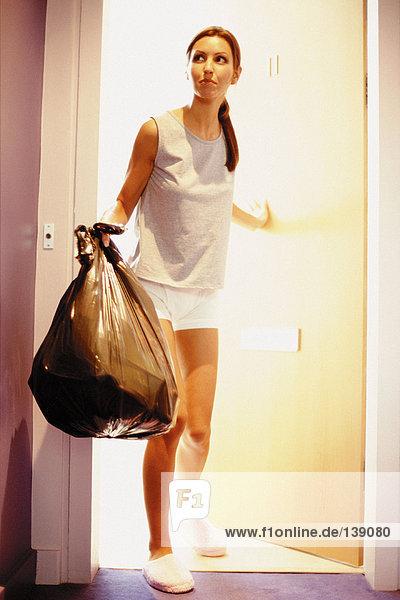 Frau  die Abfall entsorgt