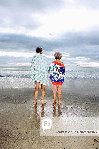 Ein reifes Paar am Strand