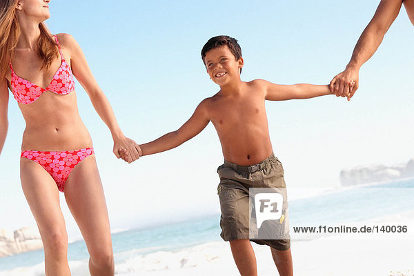 Glücklicher Junge am Strand