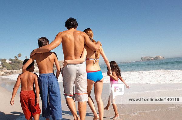 Familienwanderung am Strand Familienwanderung am Strand