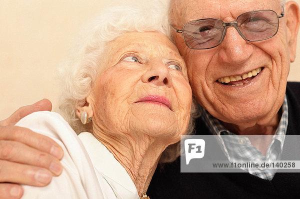 Glückliches älteres Paar zusammen