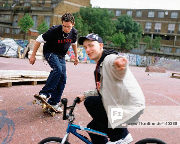 Jungs im BMX-Park