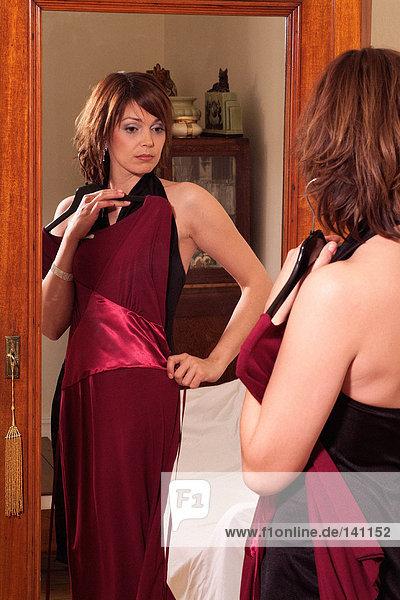 Junge Frau im Spiegel