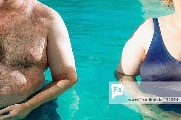 Übergewichtiges Paar im Schwimmbad