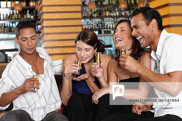 Freunde trinken in der Bar