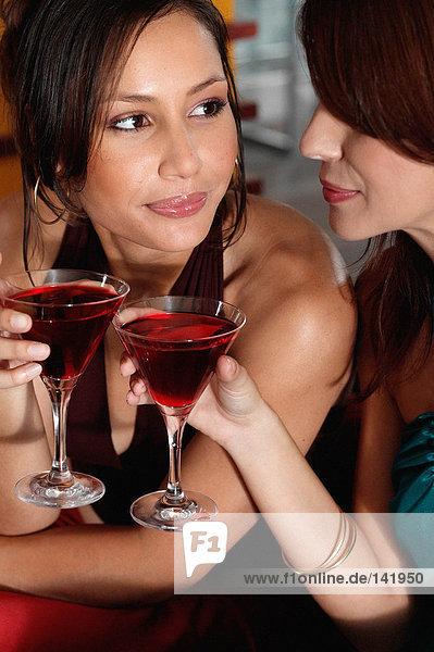 Frauen trinken in der Bar