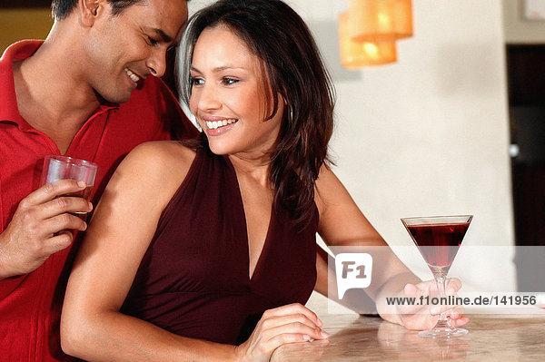 Lächelndes Paar in der Bar