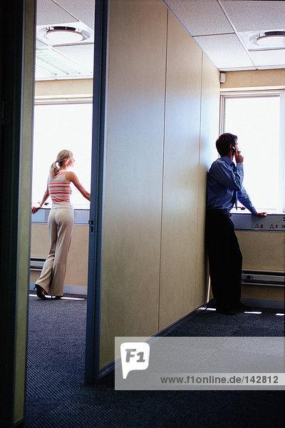 Geschäftsleute  die aus dem Fenster schauen