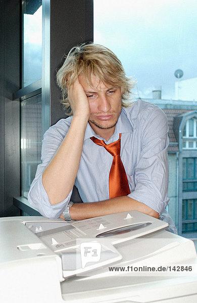 Porträt eines gelangweilten Büroarbeiters