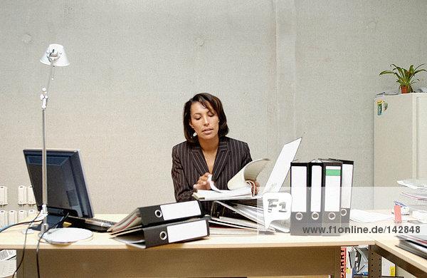 Geschäftsfrau liest Dokument