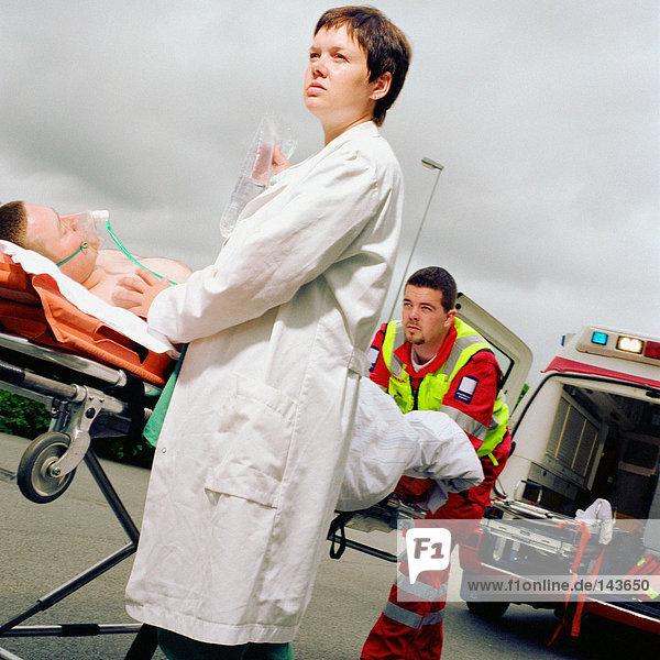 Ambulanzpersonal mit Patientin