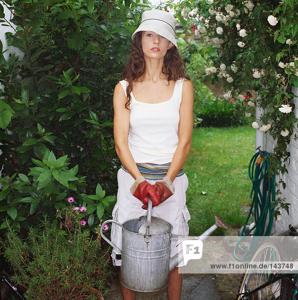 Frau  die den Garten pflegt