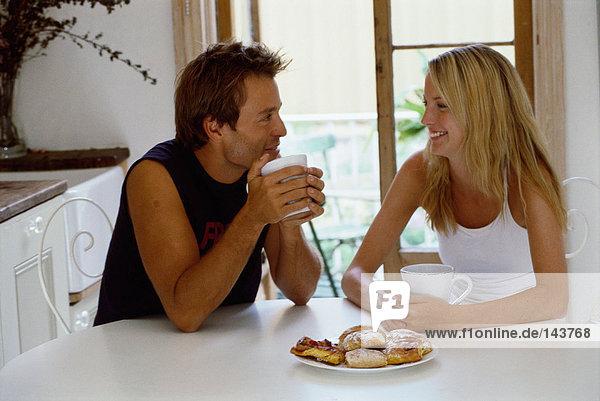Paar mit heißem Getränk