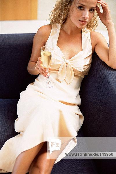 Frau trinkt Champagner