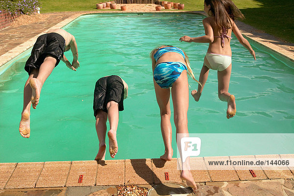 Kinder springen in den Pool