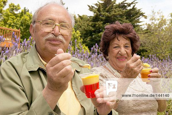 Ein älteres Paar beim Dessert