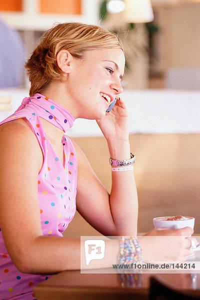 Junge Frau auf dem Handy