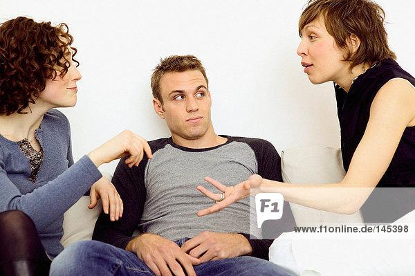 Frauen streiten sich auf dem Sofa