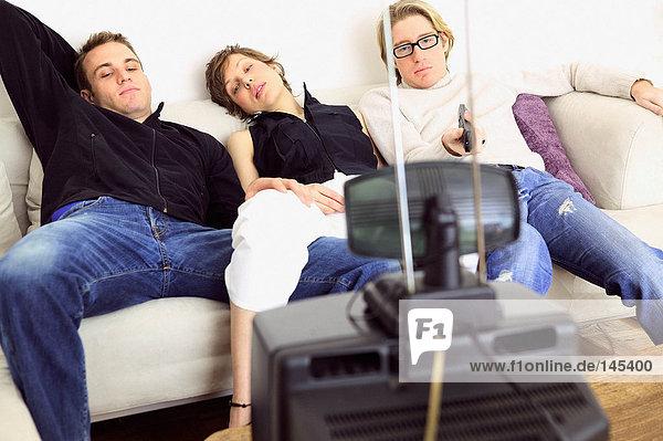 Freunde beim Fernsehen auf dem Sofa