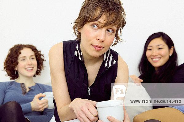 Frauen sitzen auf dem Sofa