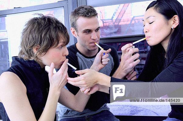 Gruppe von Freunden rauchend