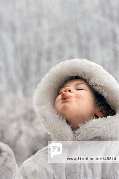 Mädchen beim Schneefang auf der Zunge Mädchen beim Schneefang auf der Zunge
