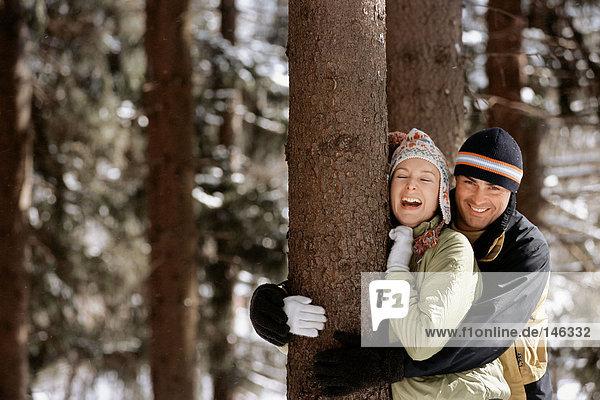 Lächelndes Paar im Wald Lächelndes Paar im Wald