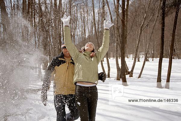 Paar spielt im Schnee