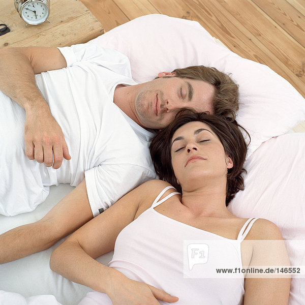 Nahes Paar schläft im Bett