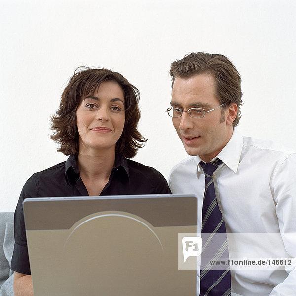Glückliches Paar mit Laptop