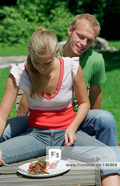 Paar im Freien mit Mittagessen