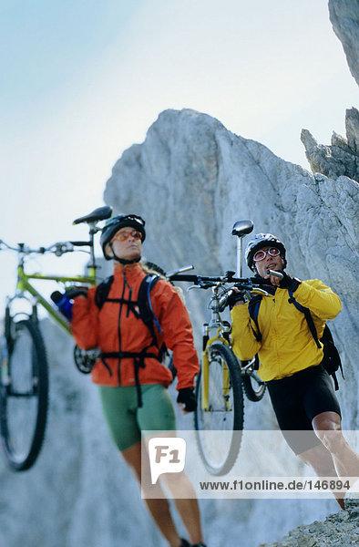 Mann und Frau mit Mountainbikes