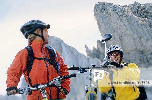 Mountainbiker von Angesicht zu Angesicht