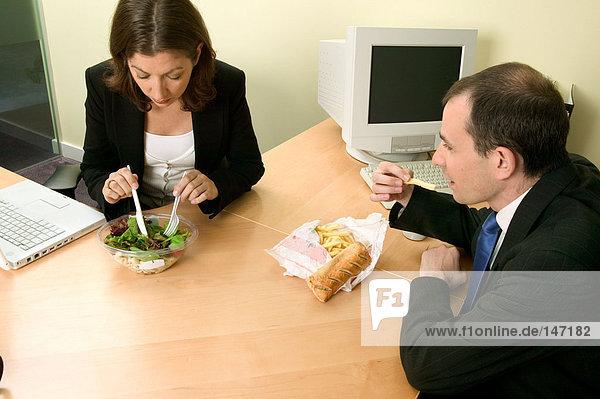 Geschäftsleute beim Mittagessen