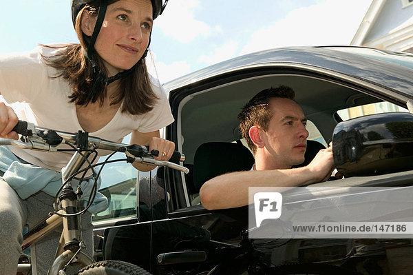 Personen  die mit dem Auto oder Fahrrad reisen