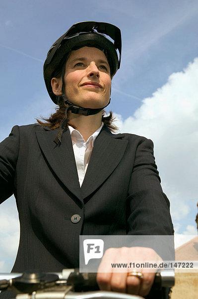 Geschäftsfrau auf dem Fahrrad